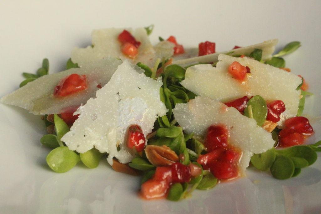 de Ensalada de regachal con Queso de Hinojosa y fresas