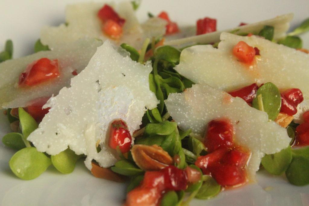 Ensalada de regachal con Queso de Hinojosa y fresas